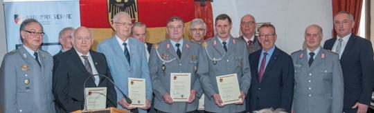 Silber und Gold aus der Hand des Stellvertreters des Präsidenten, MdB Karl-Heinz Brunner