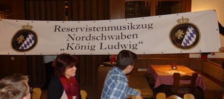 Banner an Reservistenmusikzug übergeben