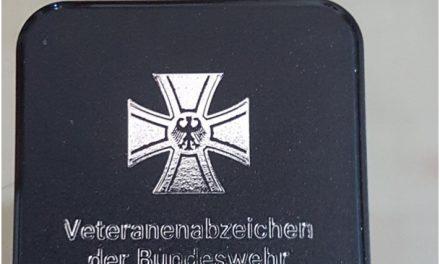 Erich Link mit dem Veteranenabzeichen der Bundeswehr ausgezeichnet